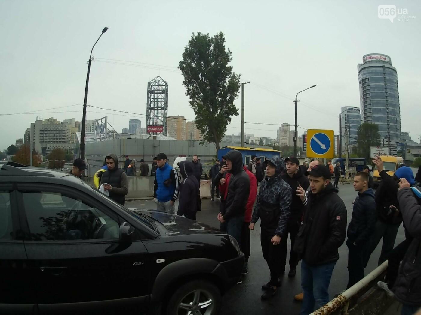 В Днепре на Центральном мосту произошла драка между активистами и полицией (ФОТО, ВИДЕО), фото-1