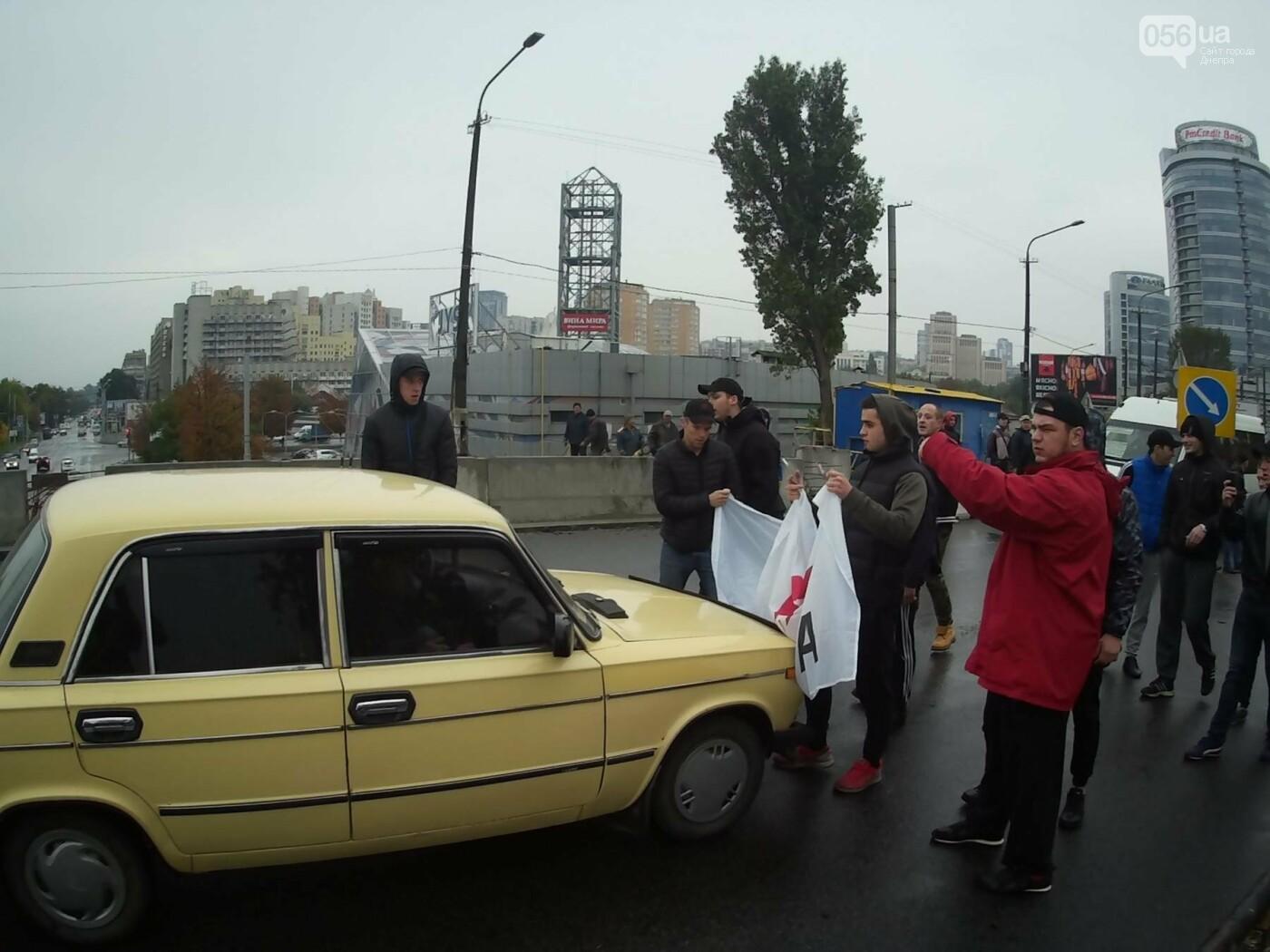 В Днепре на Центральном мосту произошла драка между активистами и полицией (ФОТО, ВИДЕО), фото-4