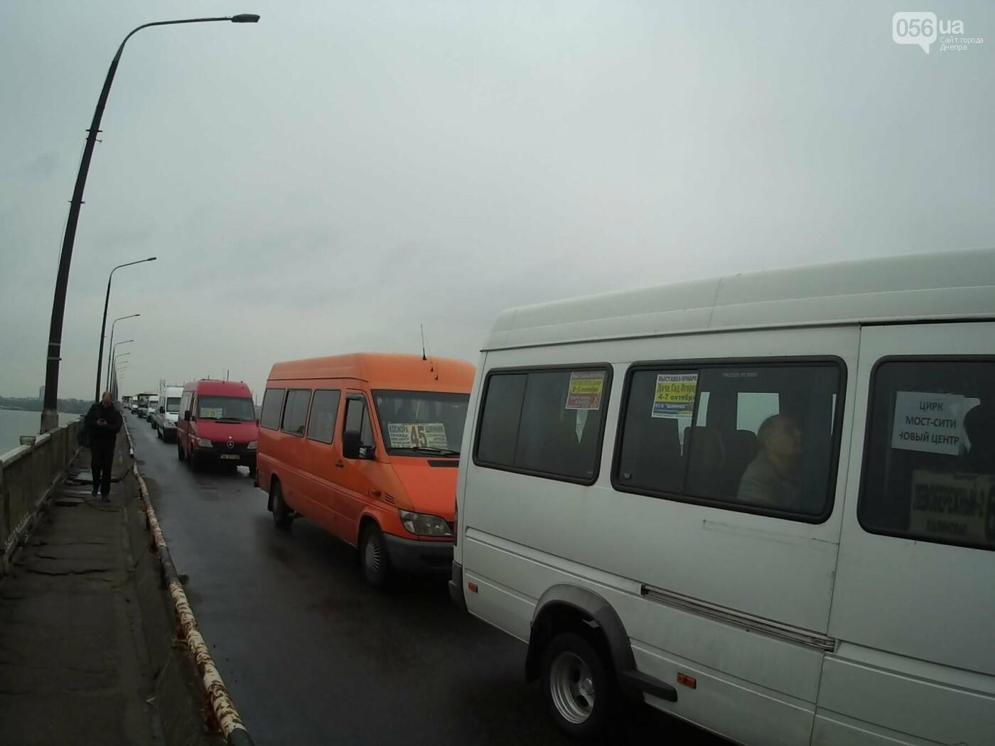 В Днепре на Центральном мосту произошла драка между активистами и полицией (ФОТО, ВИДЕО), фото-2