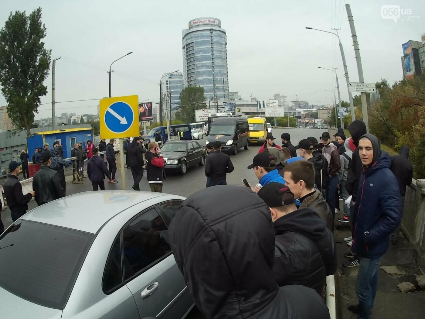 В Днепре на Центральном мосту произошла драка между активистами и полицией (ФОТО, ВИДЕО), фото-5