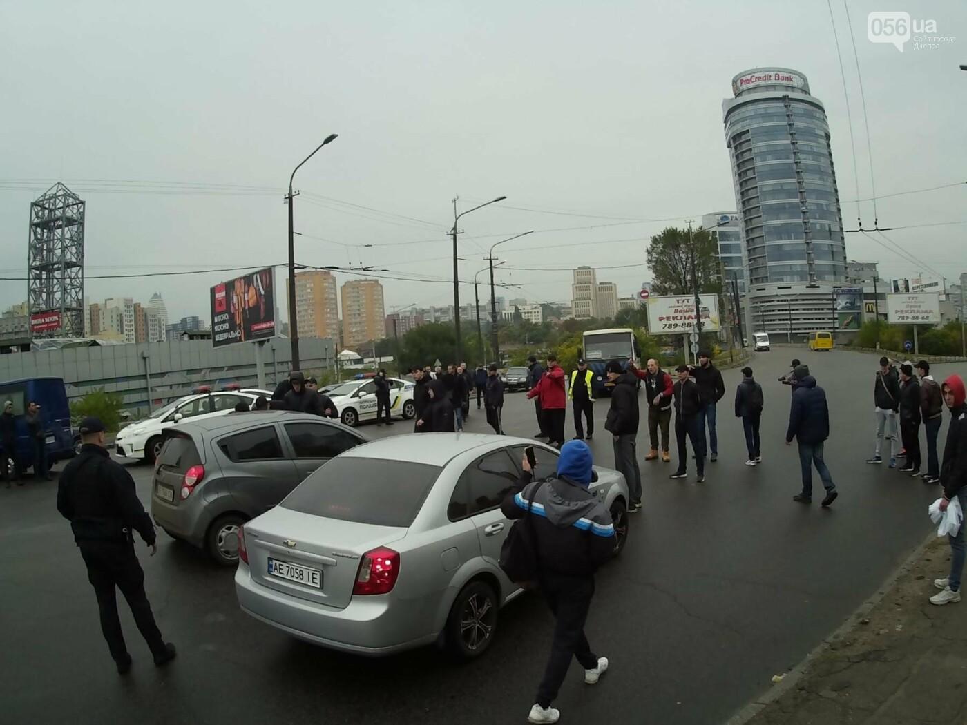 В Днепре на Центральном мосту произошла драка между активистами и полицией (ФОТО, ВИДЕО), фото-3