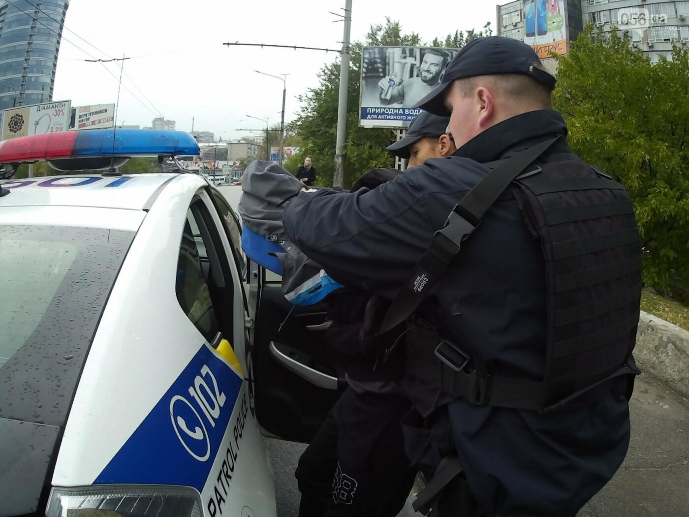 В Днепре на Центральном мосту произошла драка между активистами и полицией (ФОТО, ВИДЕО), фото-7
