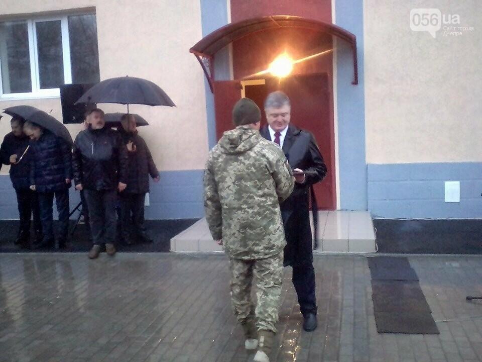 Порошенко в Днепре под ливнем вручил ключи от квартир 32 семьям военных (ФОТО, ВИДЕО), фото-4