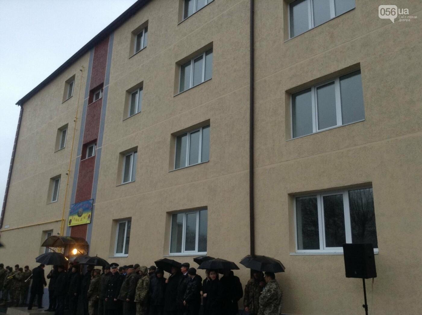 Порошенко в Днепре под ливнем вручил ключи от квартир 32 семьям военных (ФОТО, ВИДЕО), фото-5