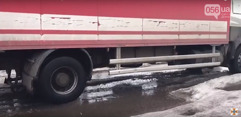 В Днепре спасатели вытащили две фуры, которые застряли в яме на дороге (ФОТО, ВИДЕО), фото-2