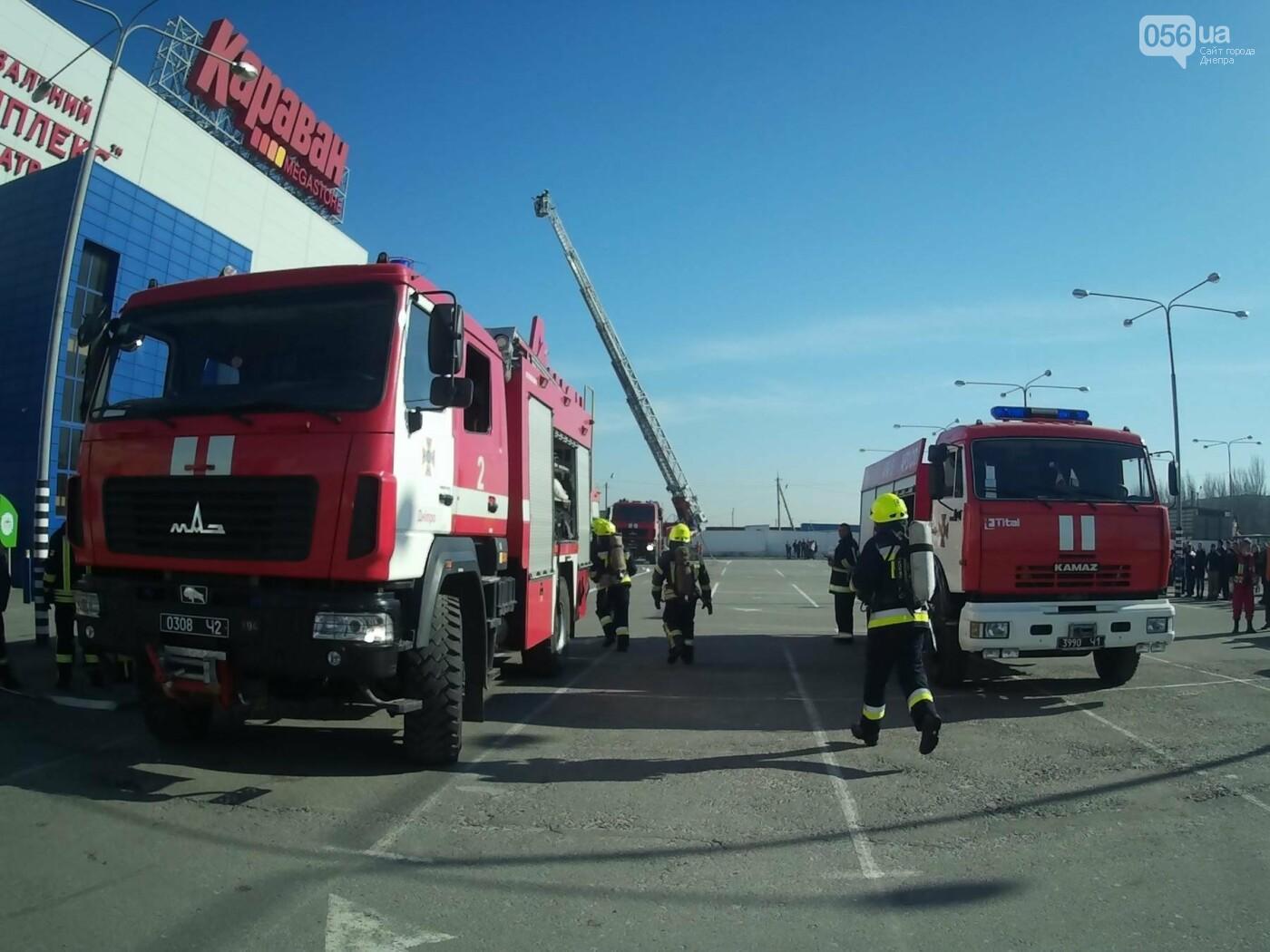 В Днепре спасатели эвакуировали персонал и посетителей из «Каравана» (ФОТО, ВИДЕО), фото-7