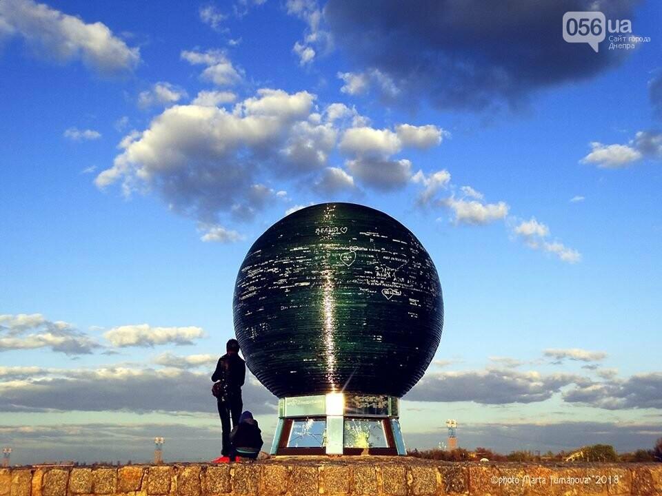 В Днепре неизвестные повредили шар желаний на Фестивальном причале (ФОТО), фото-1
