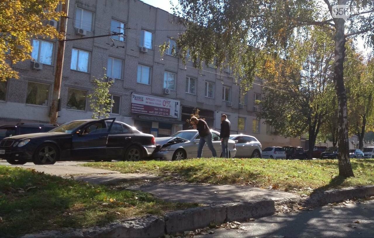 В Днепре на проспекте Поля столкнулись два Mercedes: движение затруднено, - ФОТО, фото-3