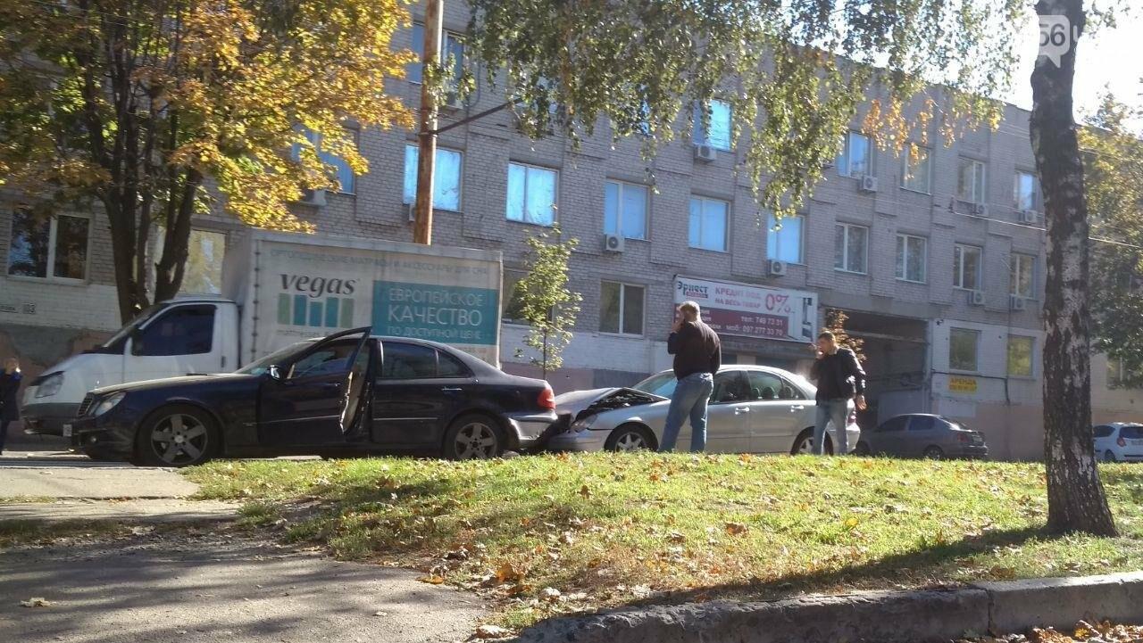 В Днепре на проспекте Поля столкнулись два Mercedes: движение затруднено, - ФОТО, фото-1