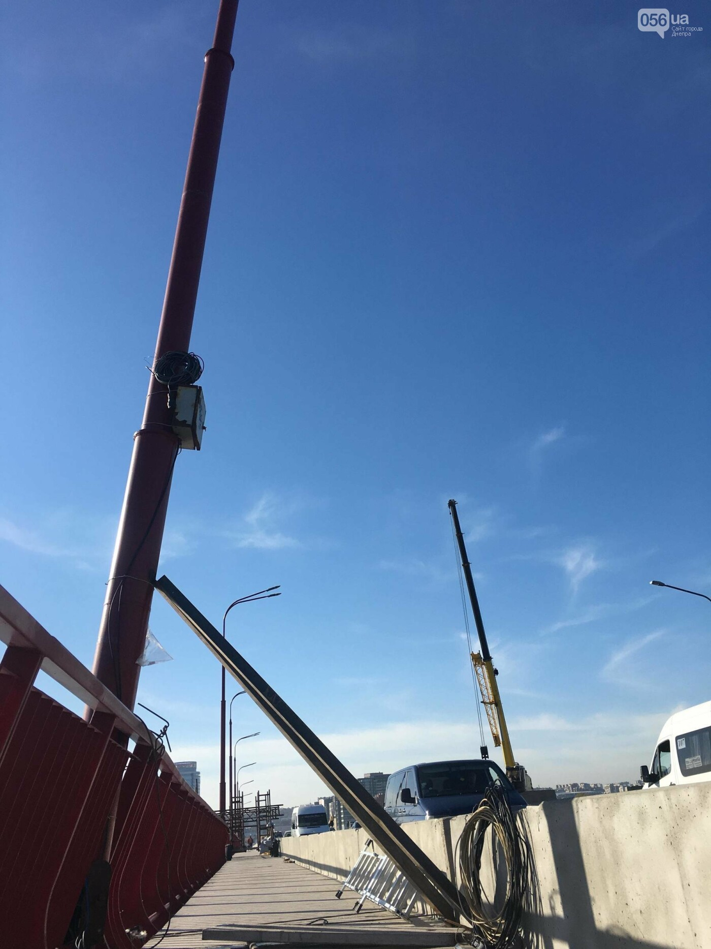 На Новом мосту в Днепре продолжает падать фонарный столб: что с ним будут делать, - ФОТО,  ВИДЕО, фото-1