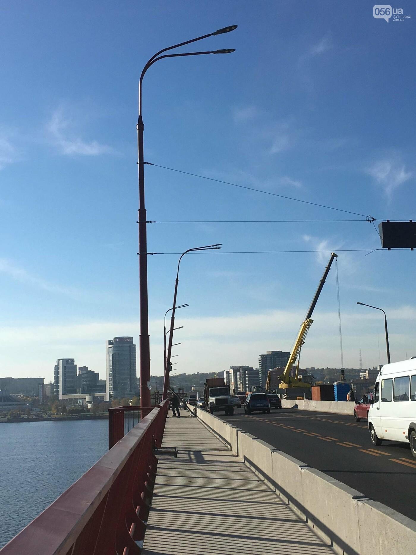 На Новом мосту в Днепре продолжает падать фонарный столб: что с ним будут делать, - ФОТО,  ВИДЕО, фото-2