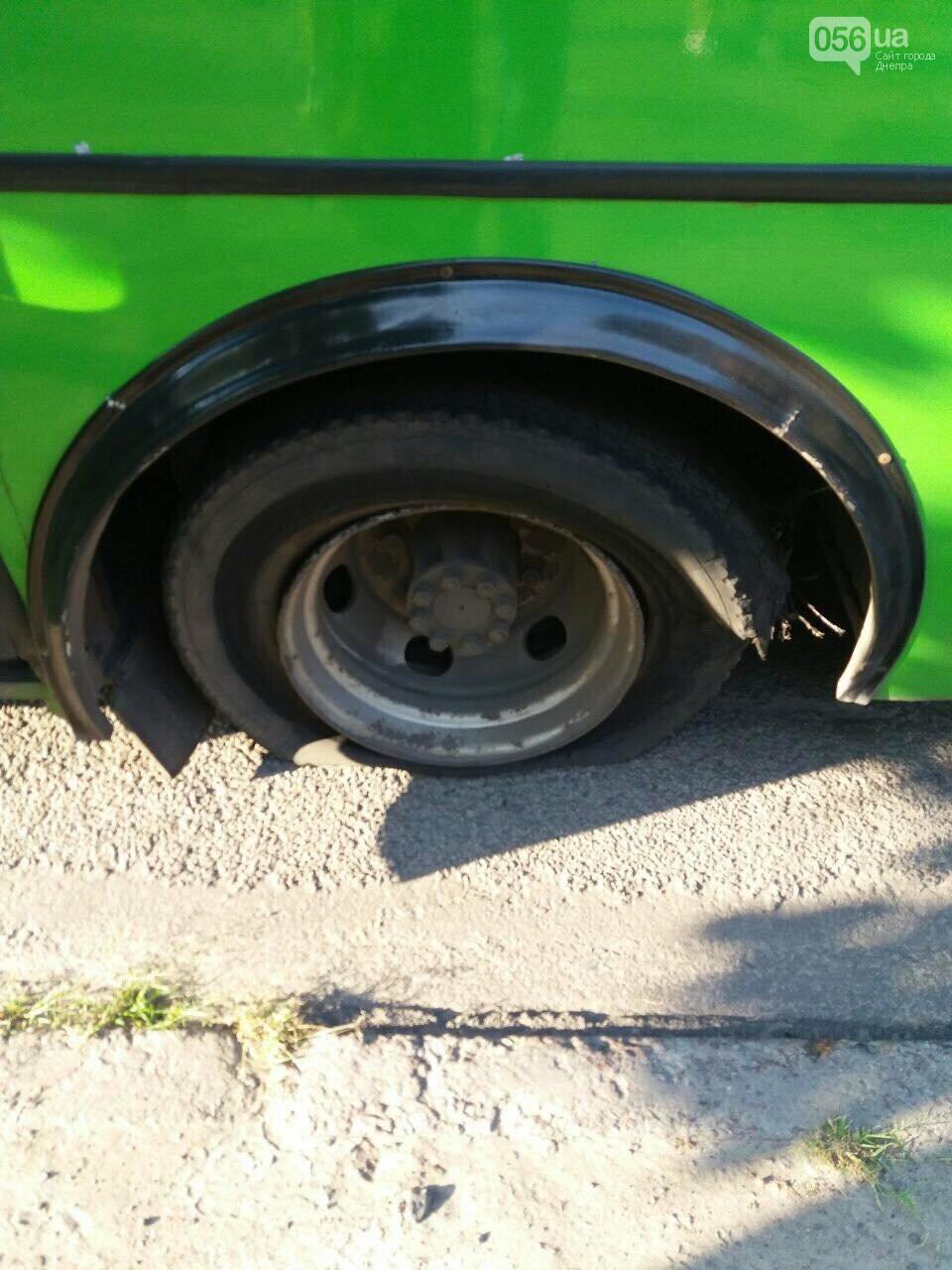В Днепре на ходу маршрутка осталась без задних колес: что произошло, - ФОТО, фото-1