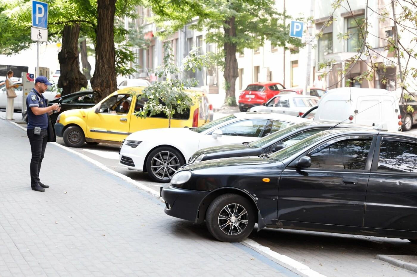 Штрафы и поддельные удостоверения: как проходит работа инспекторов по парковке в Днепре, - ФОТО, фото-1
