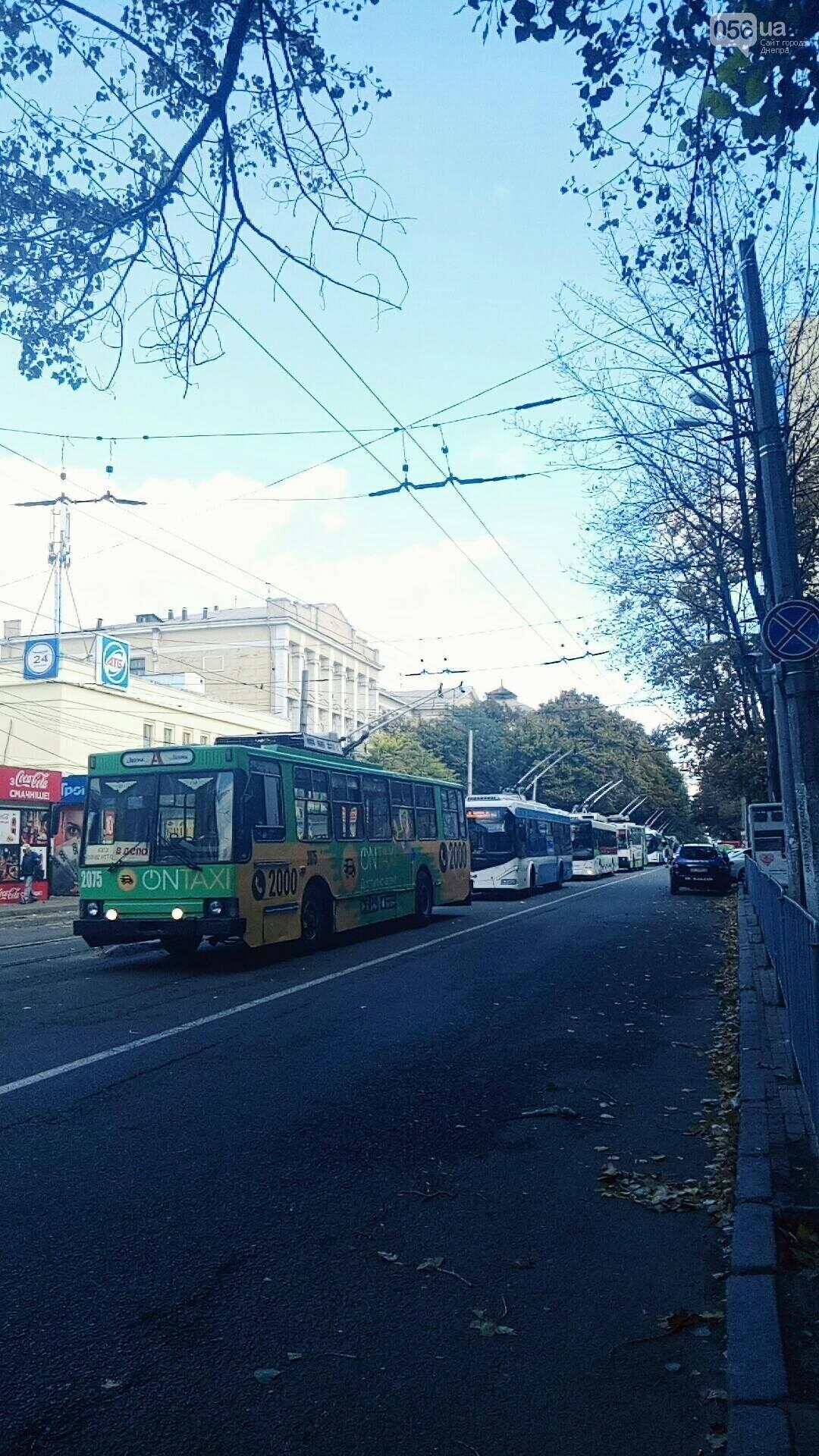В Днепре трамвай въехал в авто: образовалась пробка из троллейбусов, - ФОТО, фото-2