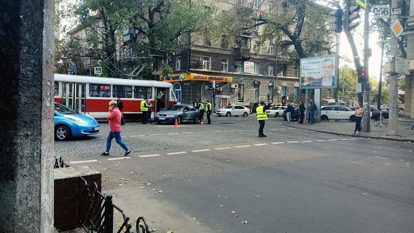 В Днепре трамвай въехал в авто: образовалась пробка из троллейбусов, - ФОТО, фото-1