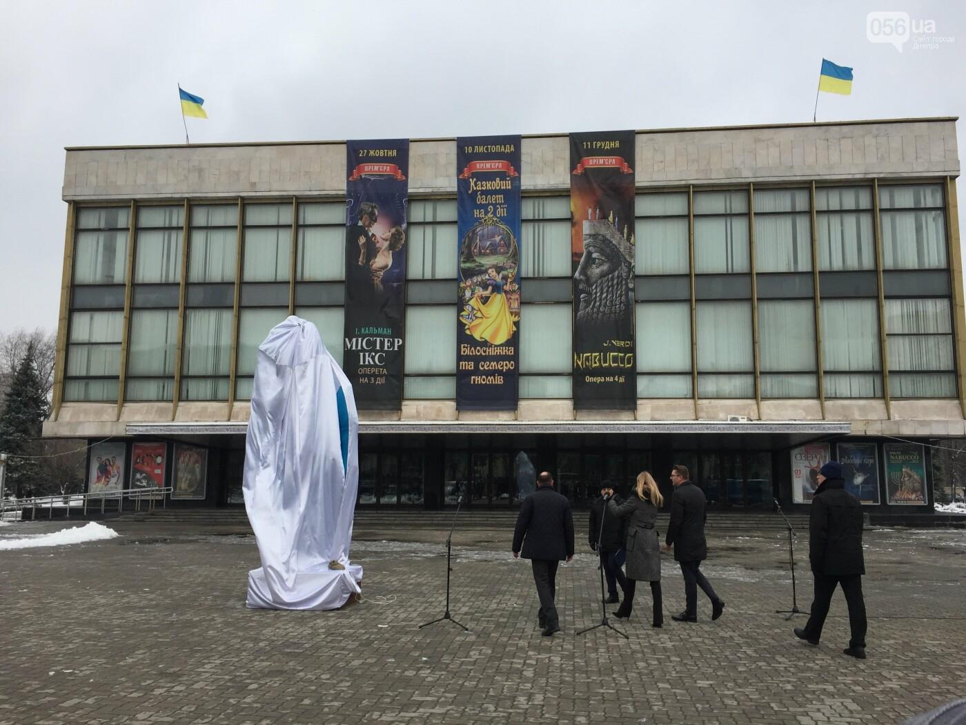 В центре Днепра появилась гигантская синяя рука: что значит этот арт-объект, - ФОТО, ВИДЕО, фото-1