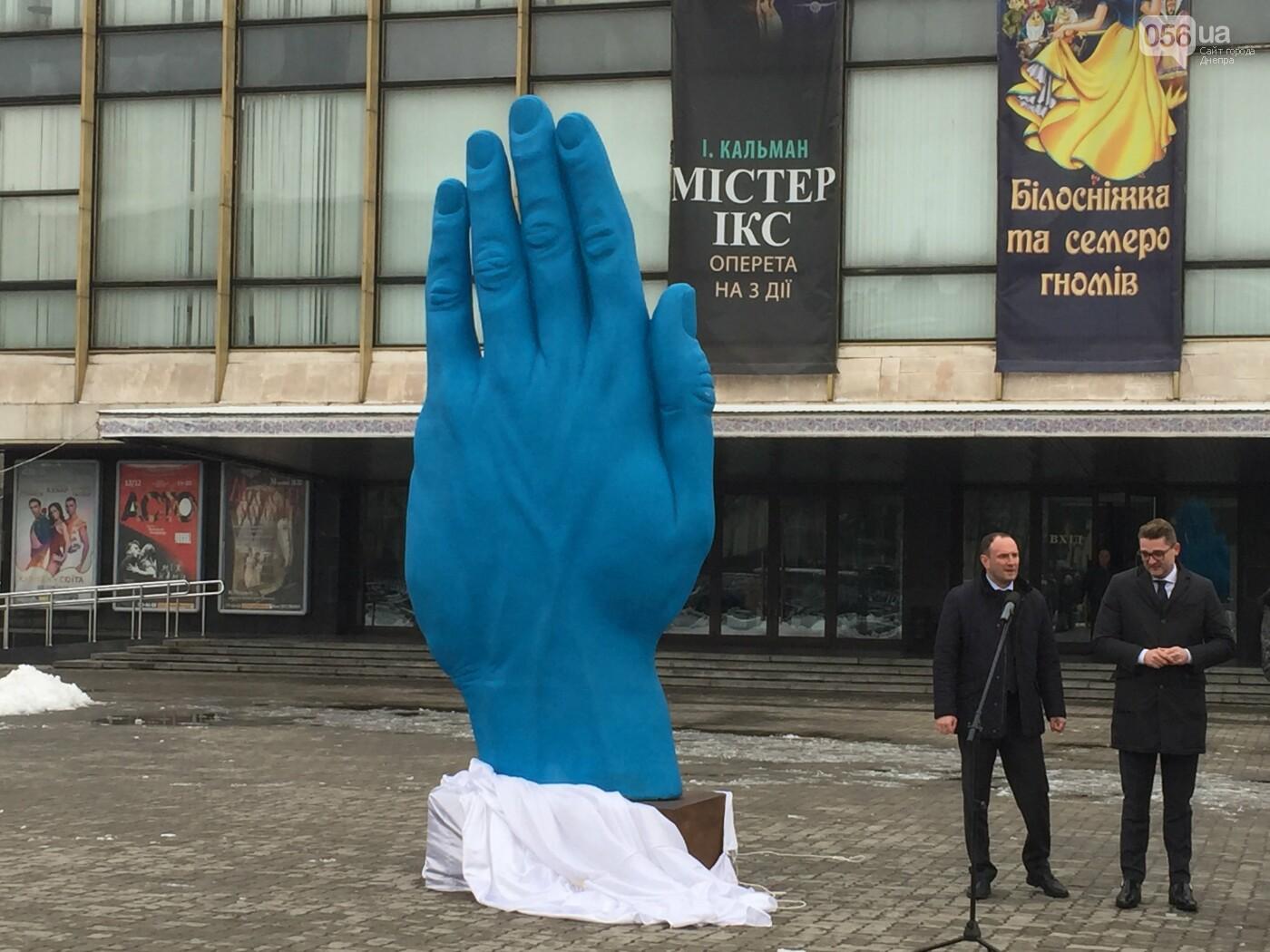 В центре Днепра появилась гигантская синяя рука: что значит этот арт-объект, - ФОТО, ВИДЕО, фото-6