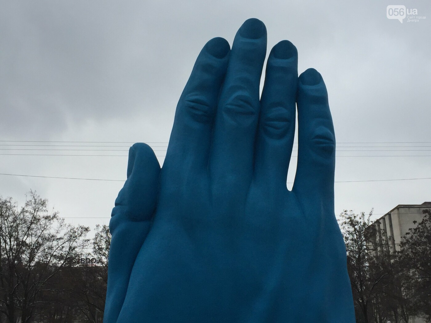 В центре Днепра появилась гигантская синяя рука: что значит этот арт-объект, - ФОТО, ВИДЕО, фото-9