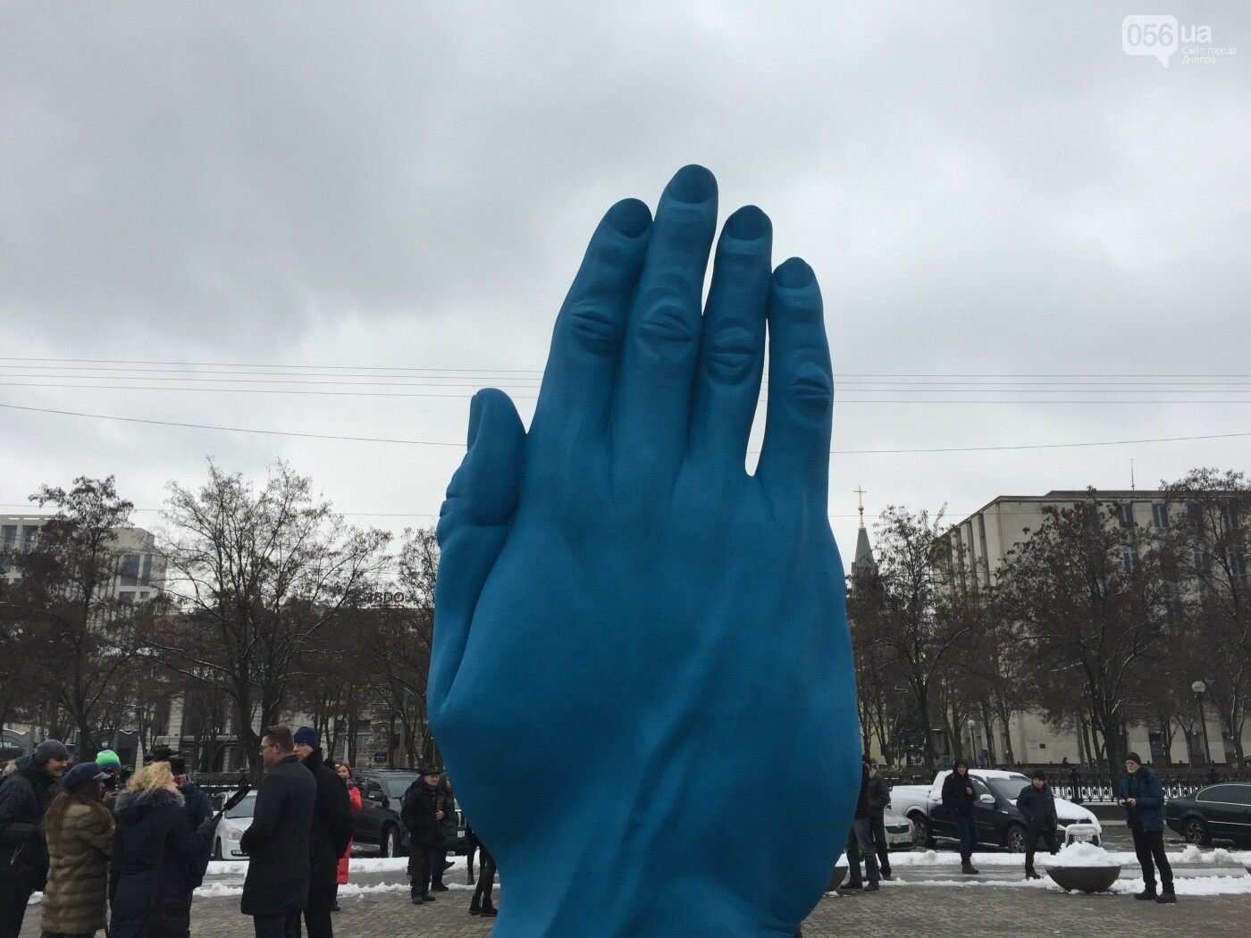 В центре Днепра появилась гигантская синяя рука: что значит этот арт-объект, - ФОТО, ВИДЕО, фото-10