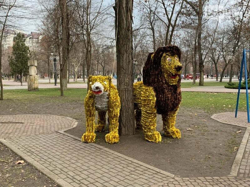 Матрешка и медведь с красными глазами: в парке возле ДнепрОГА появились новогодние фигуры, - ФОТО, фото-11
