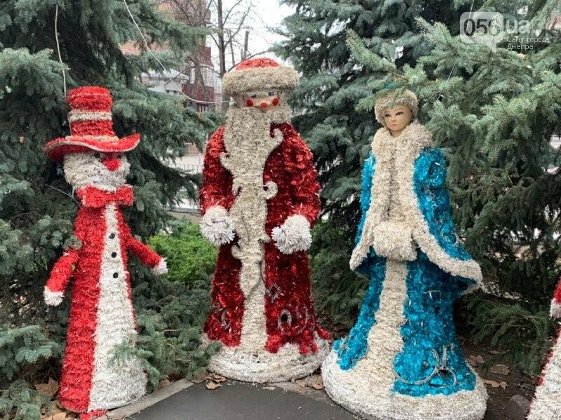 Матрешка и медведь с красными глазами: в парке возле ДнепрОГА появились новогодние фигуры, - ФОТО, фото-3
