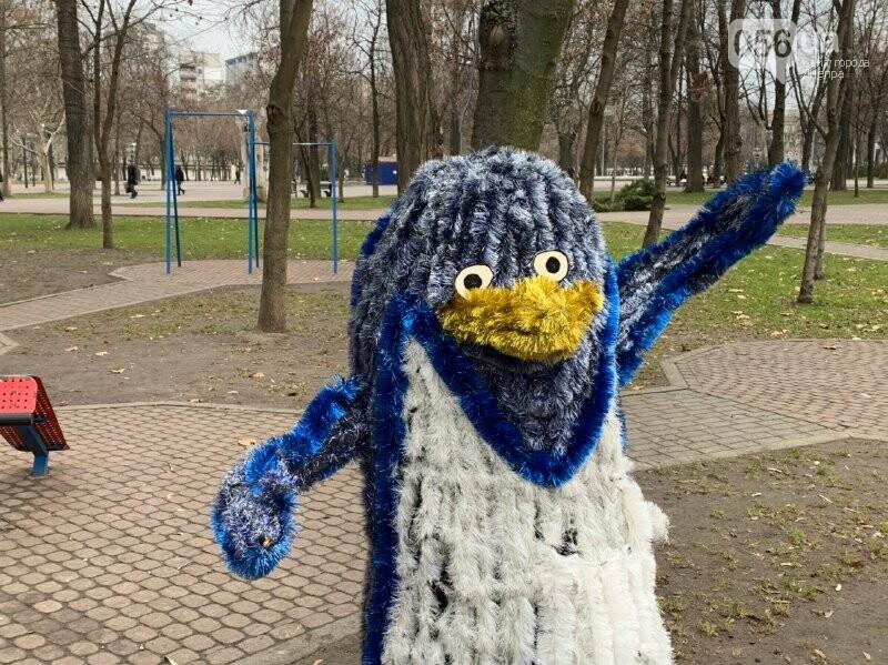 Матрешка и медведь с красными глазами: в парке возле ДнепрОГА появились новогодние фигуры, - ФОТО, фото-7