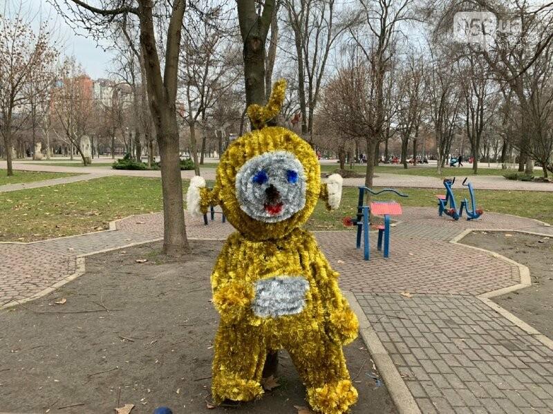 Матрешка и медведь с красными глазами: в парке возле ДнепрОГА появились новогодние фигуры, - ФОТО, фото-5