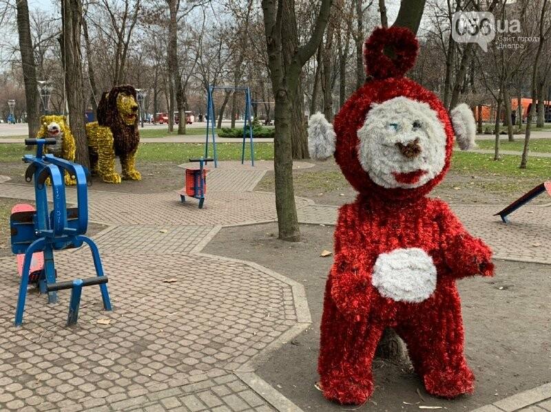 Матрешка и медведь с красными глазами: в парке возле ДнепрОГА появились новогодние фигуры, - ФОТО, фото-9