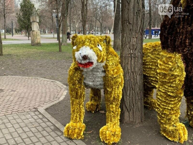 Матрешка и медведь с красными глазами: в парке возле ДнепрОГА появились новогодние фигуры, - ФОТО, фото-8