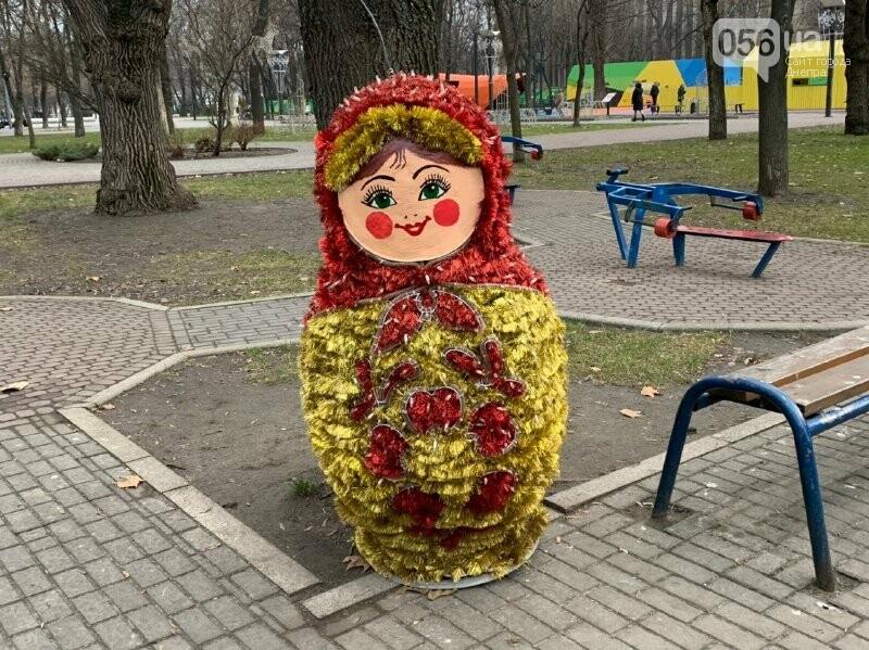 Матрешка и медведь с красными глазами: в парке возле ДнепрОГА появились новогодние фигуры, - ФОТО, фото-4