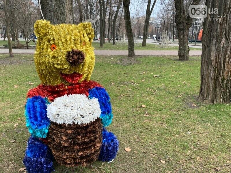 Матрешка и медведь с красными глазами: в парке возле ДнепрОГА появились новогодние фигуры, - ФОТО, фото-1
