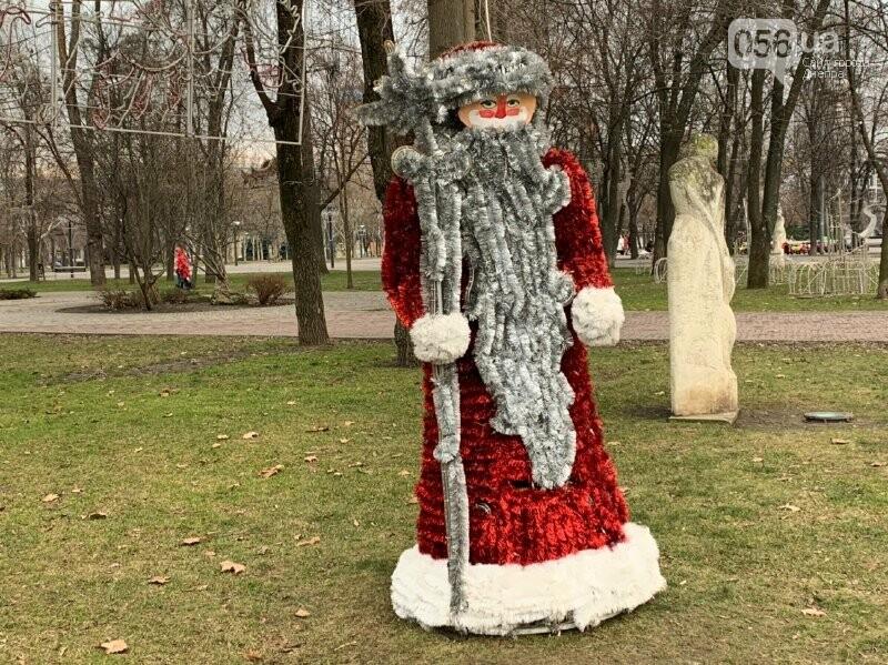 Матрешка и медведь с красными глазами: в парке возле ДнепрОГА появились новогодние фигуры, - ФОТО, фото-2