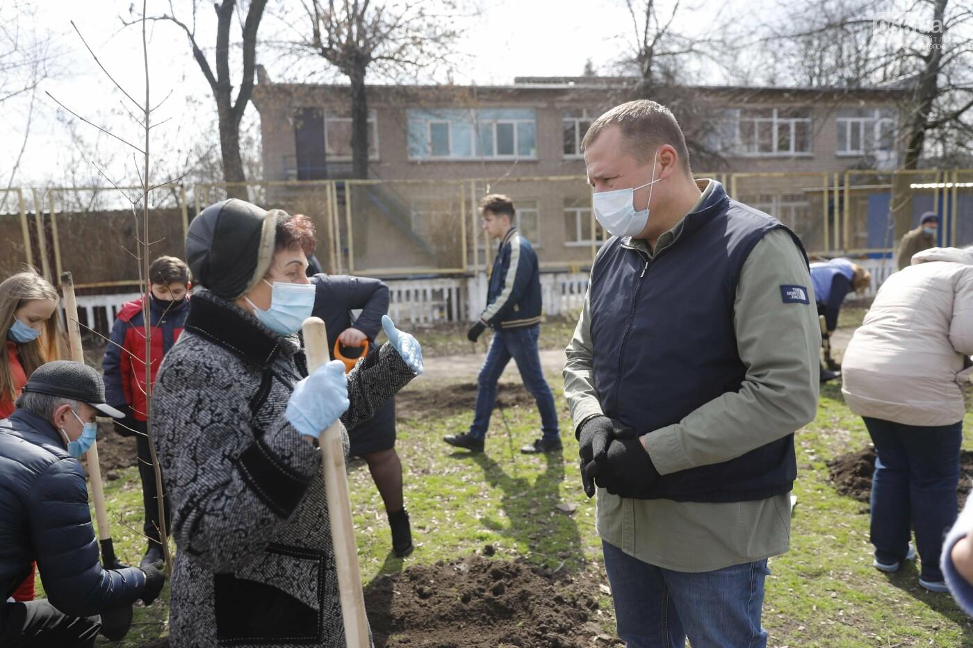 Днепр цветущий: дети и горожане элегантного возраста вместе высаживают деревья для нового сквера, фото-1