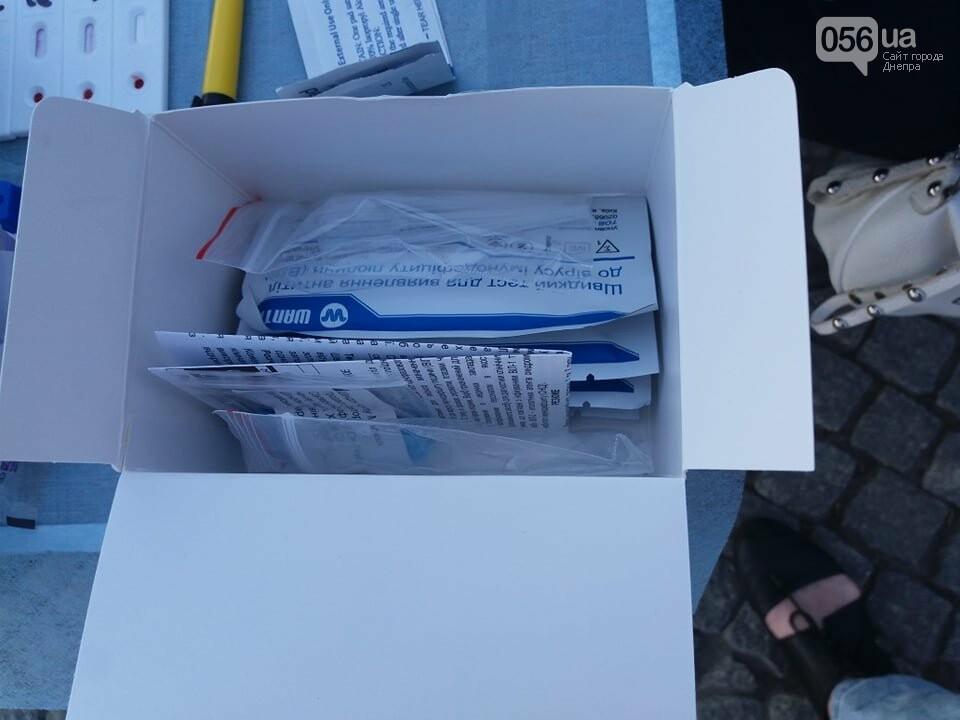 В центре Днепра раздают презервативы и делают бесплатное экспресс-тестирование на ВИЧ, - ФОТО, фото-5