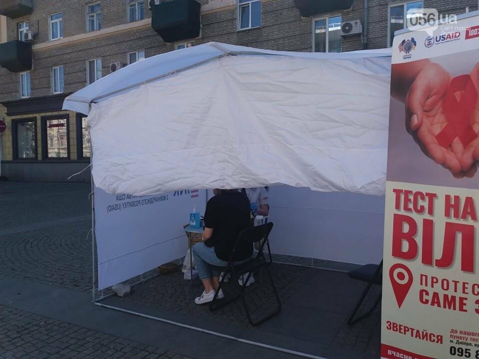 В центре Днепра раздают презервативы и делают бесплатное экспресс-тестирование на ВИЧ, - ФОТО, фото-13