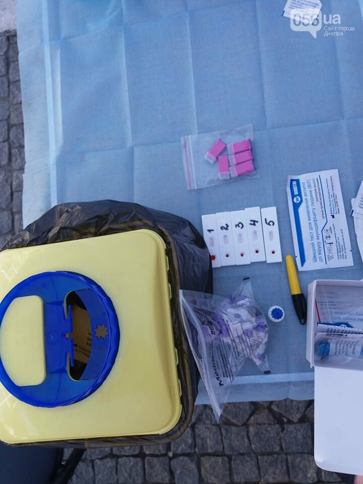 В центре Днепра раздают презервативы и делают бесплатное экспресс-тестирование на ВИЧ, - ФОТО, фото-2