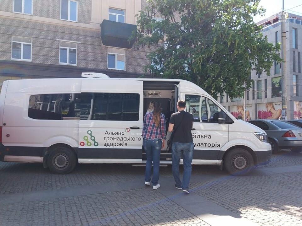 В центре Днепра раздают презервативы и делают бесплатное экспресс-тестирование на ВИЧ, - ФОТО, фото-12