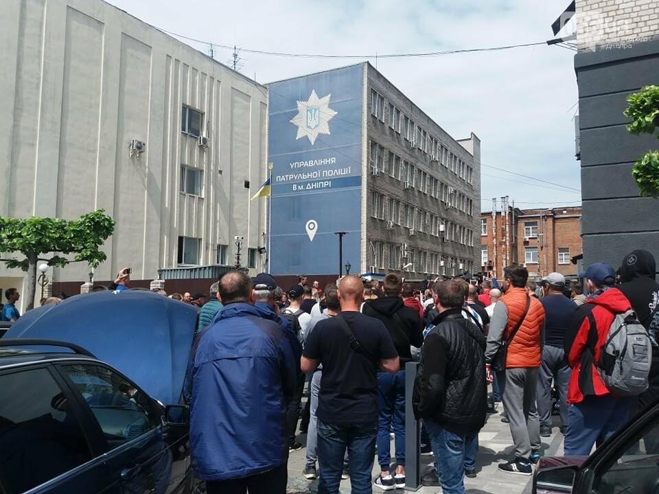 В Днепре толпа людей перекрыла тротуар перед управлением патрульной полиции, - ФОТО, ВИДЕО, фото-3