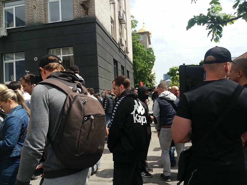В Днепре толпа людей перекрыла тротуар перед управлением патрульной полиции, - ФОТО, ВИДЕО, фото-4