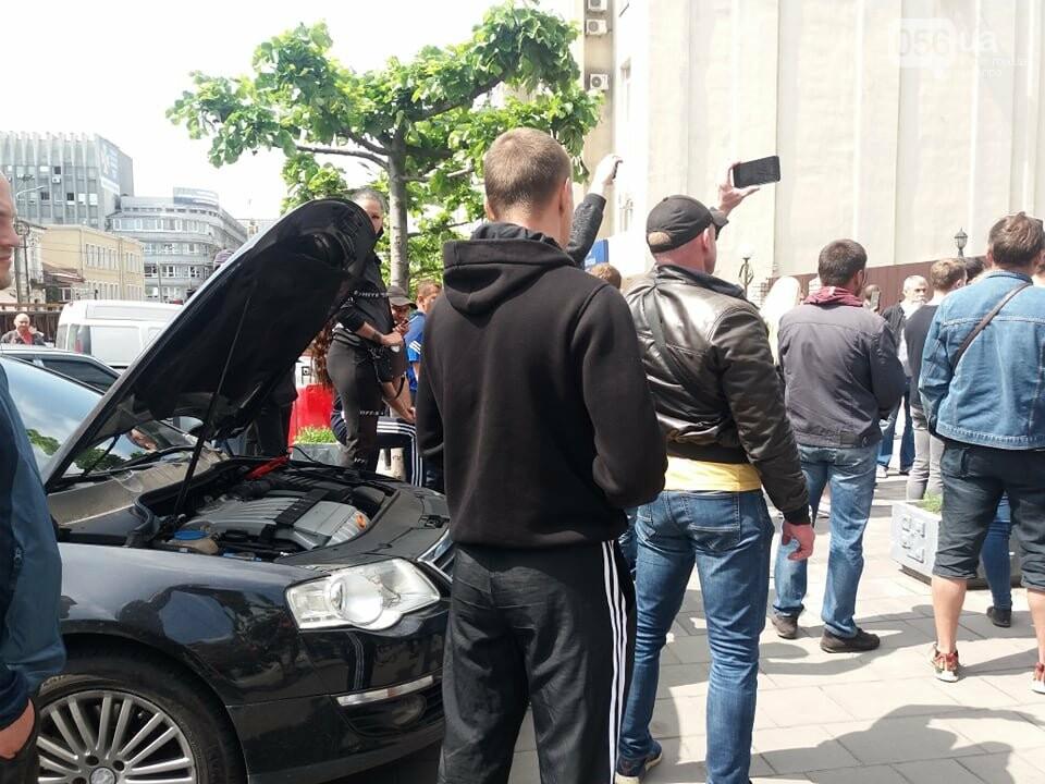 В Днепре толпа людей перекрыла тротуар перед управлением патрульной полиции, - ФОТО, ВИДЕО, фото-2