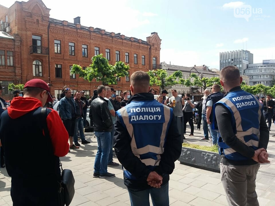 В Днепре толпа людей перекрыла тротуар перед управлением патрульной полиции, - ФОТО, ВИДЕО, фото-5