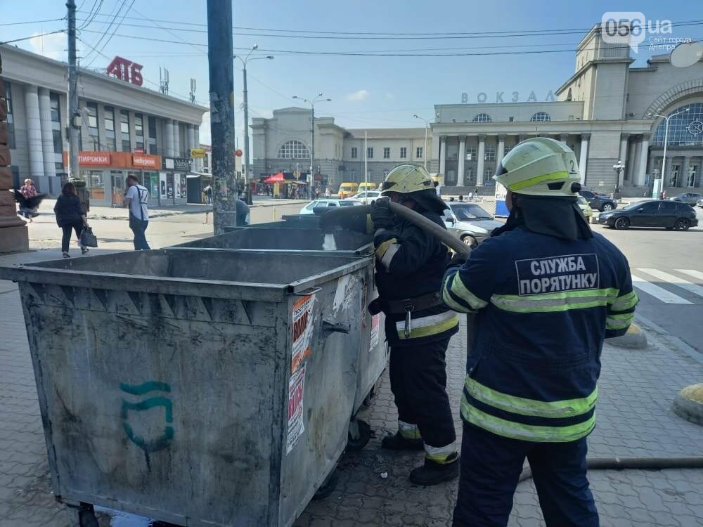 В Днепре курильщики регулярно поджигают мусорный бак, который стоит возле железнодорожного вокзала, фото-2