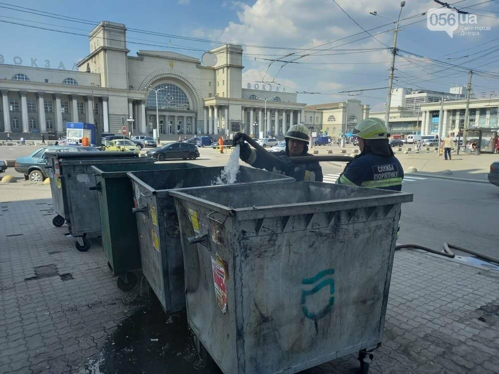 В Днепре курильщики регулярно поджигают мусорный бак, который стоит возле железнодорожного вокзала, фото-3