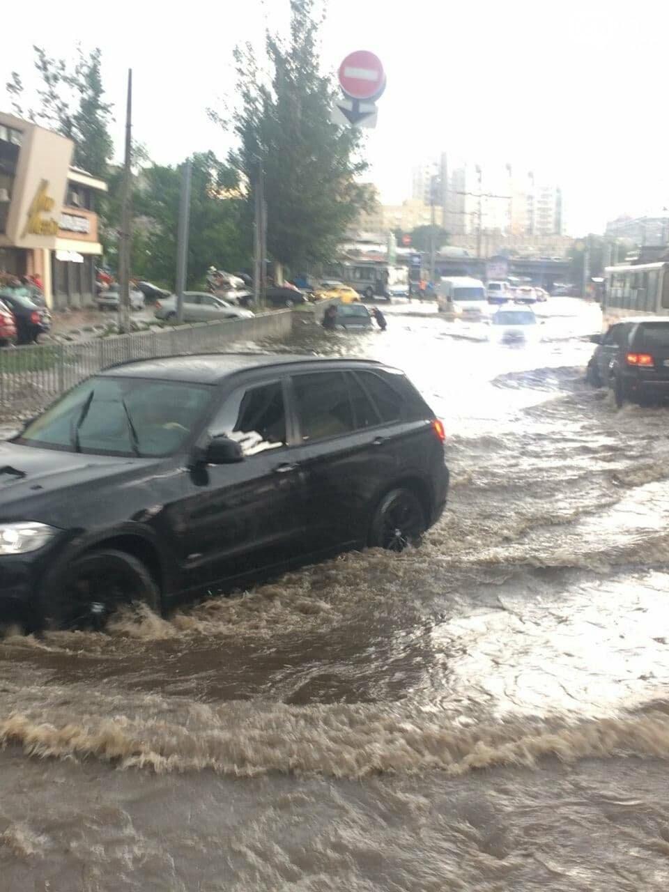 """Центр Днепра затопил ливень: машины """"плавают"""" возле Мост-Сити, - ФОТО, фото-1"""