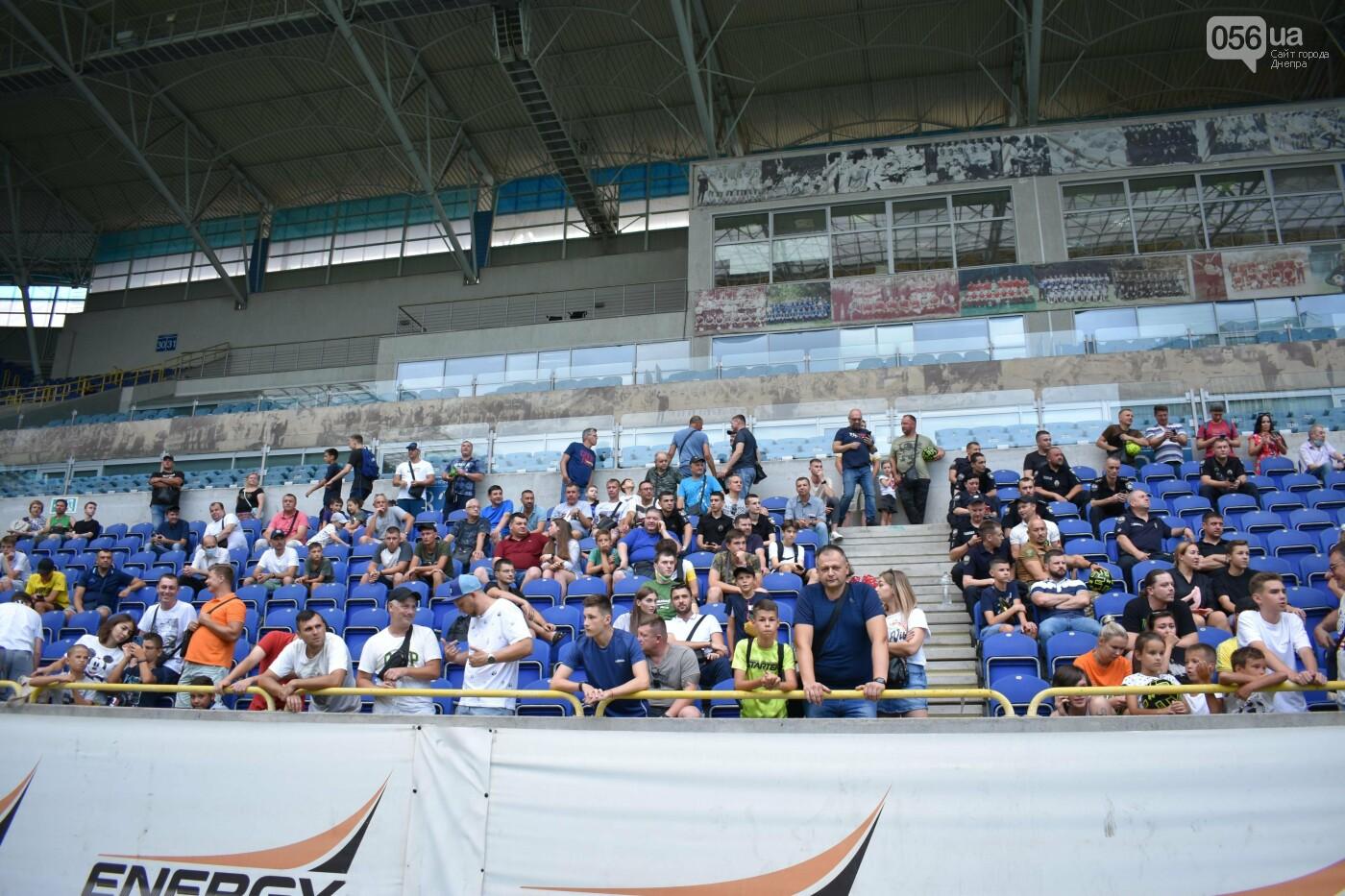 Артем Довбик и другие игроки СК Днепр-1 брали телефоны болельщиков, фото-18