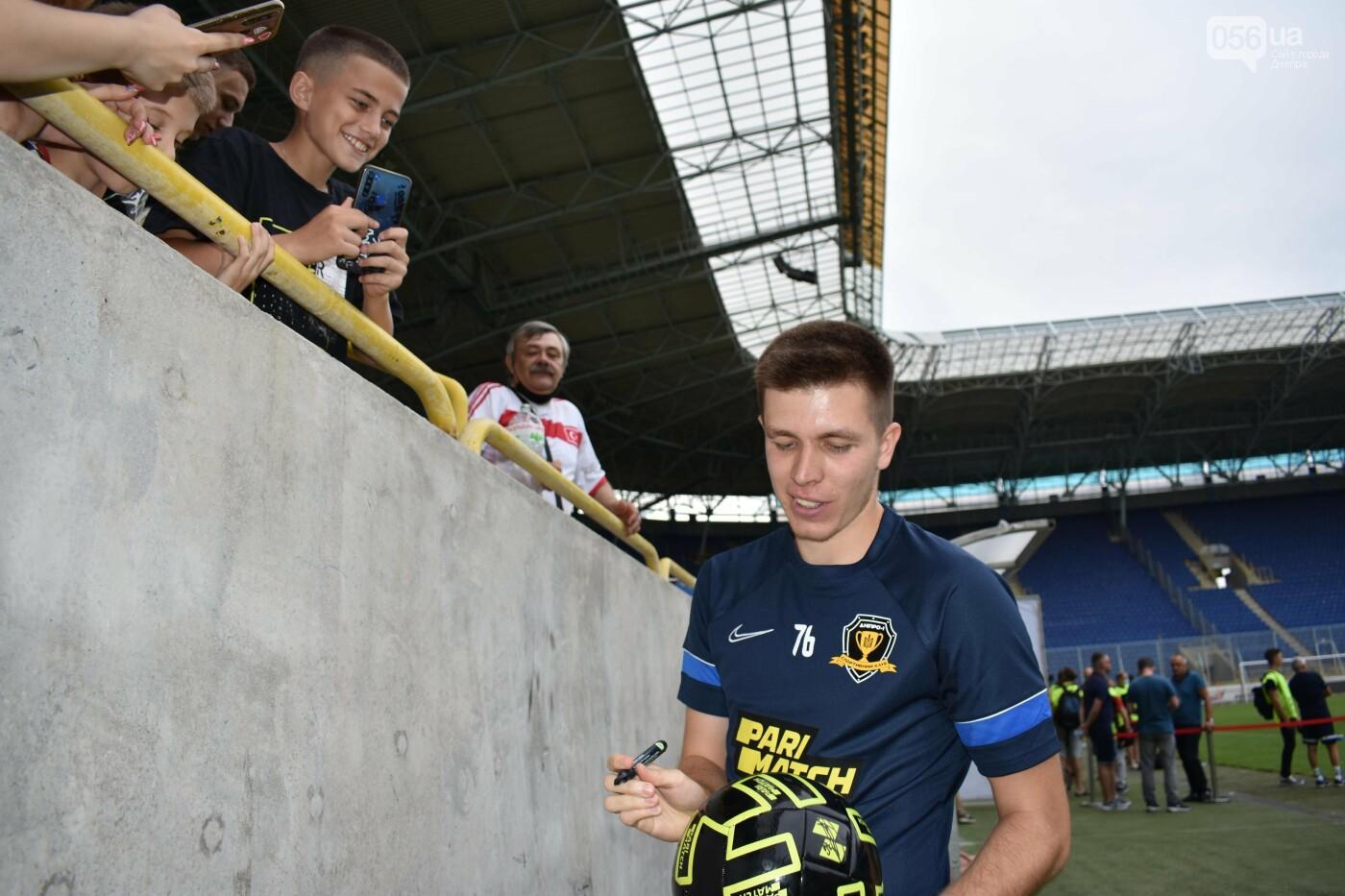 Артем Довбик и другие игроки СК Днепр-1 брали телефоны болельщиков, фото-16