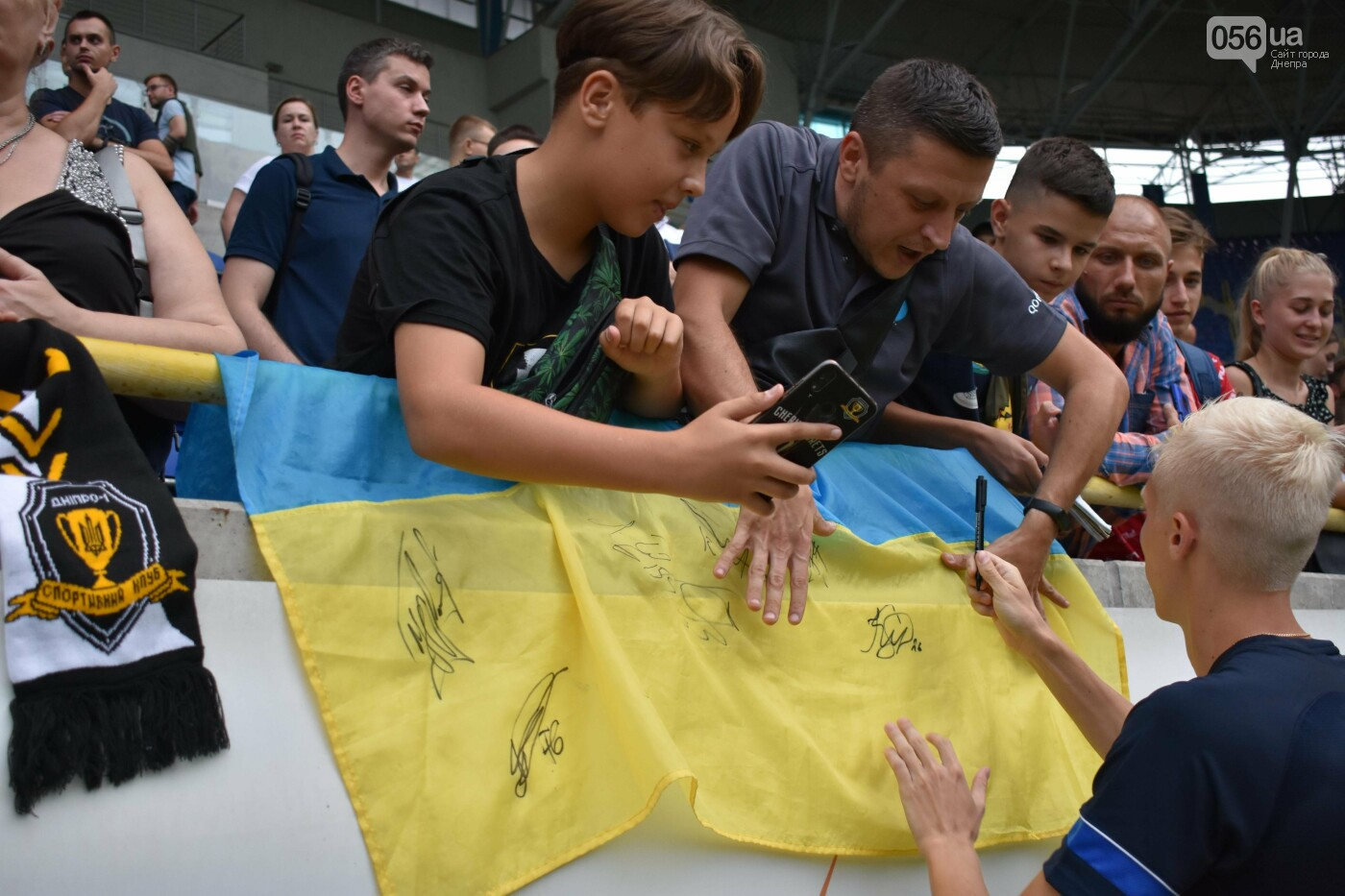 Артем Довбик и другие игроки СК Днепр-1 брали телефоны болельщиков, фото-11