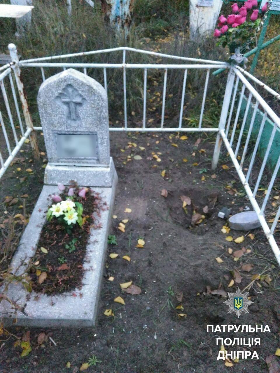 Ничего святого: в Днепре мужчины украли могильный крест и скамейку (ФОТО), фото-2