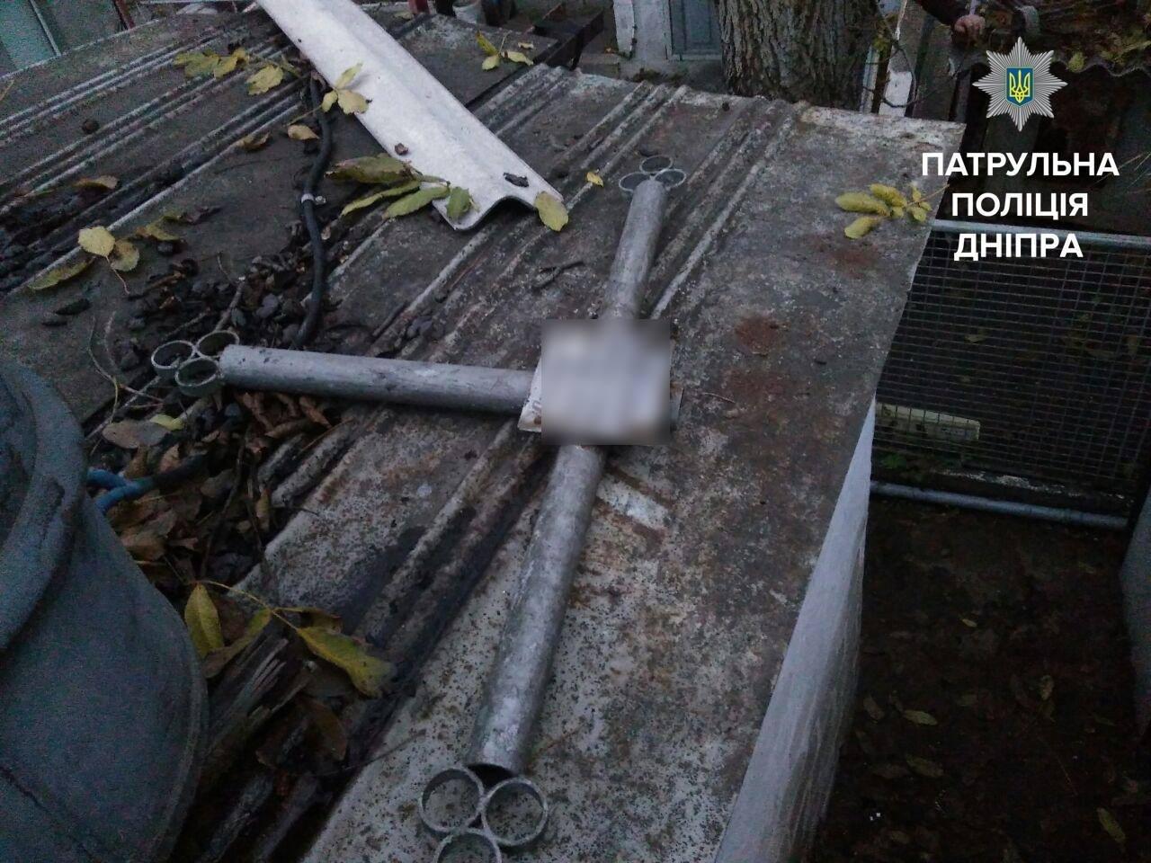 Ничего святого: в Днепре мужчины украли могильный крест и скамейку (ФОТО), фото-1