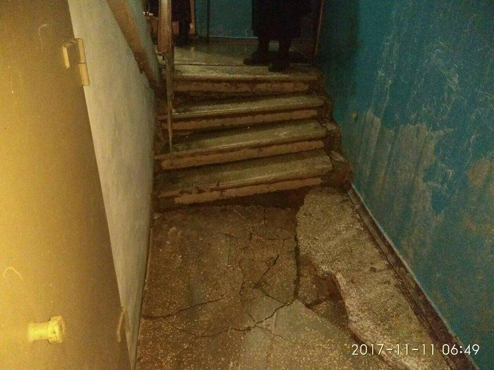 В Кривом Роге из-за прорыва трубы обрушилась лестница жилого дома (ФОТО), фото-1